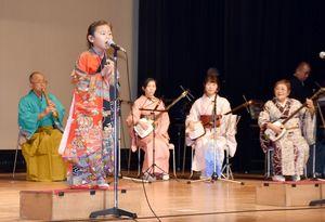 民謡を披露する参加者=白石町ふれあい郷自有館ホール