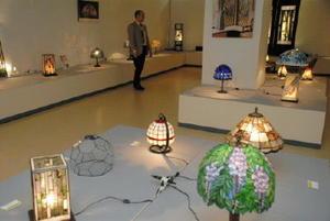 ランプを中心に約40点の作品が並ぶ会場=佐賀市の佐賀玉屋本館