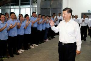 中国広東省の電子部品工場を視察する習近平国家主席(右)=10月(新華社=共同)