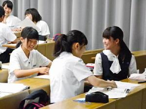「医療人へのとびら」の初回講義を受け、意見交換する高校生たち=佐賀大学鍋島キャンパス