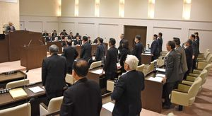 再発防止や飛行ルートの変更などを求める意見書を全会一致で可決した神埼市議会=神埼市千代田庁舎の議場