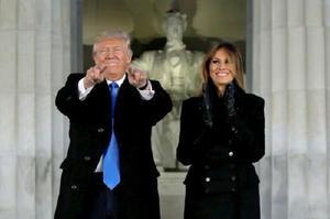就任式を前に、リンカーン記念堂前で歓迎イベントに出席したトランプ氏とメラニア夫人=19日、ワシントン(ロイター=共同)