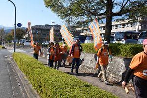 認知症患者らへ優しい町づくりを啓発しながら歩く参加者=基山町役場付近