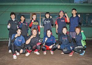 全国制覇の経験も2度ある強豪チーム「杵島クラブ」のメンバーとスタッフ=大町町の町民グラウンド