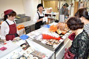 彩り豊かな弁当を品定めする来場者たち=佐賀市の佐賀玉屋
