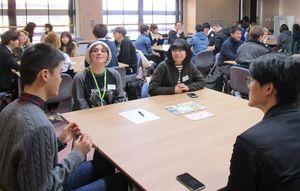 互いの国の学生生活について話す、佐賀大と米国の北ジョージア大の学生たち(提供写真)=佐賀市の佐賀大学本庄キャンパス