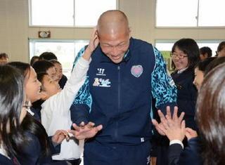 丸刈り頭の御利益は…? GK藤嶋栄介選手