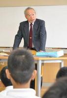 闘病生活などの実体験を基に、命の尊さを訴える村岡智彦さん=吉野ヶ里町の東脊振小学校