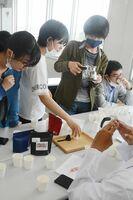 試飲を繰り返しながらオリジナルコーヒーの調合を考える生徒ら=佐賀市の九州国際高等学園