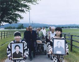 北海道大学が研究用として収集した遺骨が、遺族に返還された「再埋葬の葬列」=北海道・浦河町(2016年7月撮影)