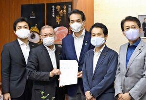 江藤農相(中央)にため池対策に関する要請書を提出した大串議員(右から2人目)ら=東京・霞が関の農林水産省