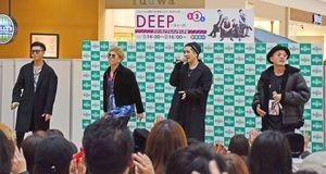 ライブを開いた「DEEP」のメンバー=佐賀市のモラージュ佐賀