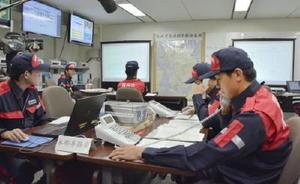 南海トラフ巨大地震を想定した広域合同訓練で、各市と連絡を取る福岡市の担当者=20日午後、福岡市役所