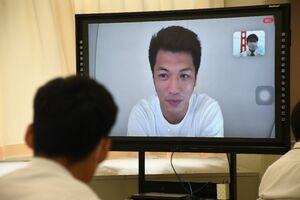 テレビ会議アプリ「Zoom」を通じて高校生にエールを送る村田諒太=佐賀市大和町の高志館高