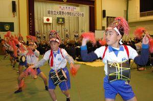 さようなら会を面浮立で盛り上げる児童=平成18年1月20日、嬉野市の大草野小学校