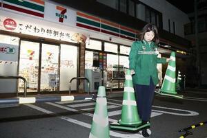 時短営業に向け、実験中のセブン―イレブンの店=19年3月、東京都足立区