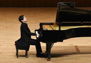 クラシックの名曲からJポップまで幅広い楽曲を演奏する清塚信也さん=佐賀市文化会館