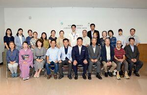 結団式で交流促進を誓ったマイセン市訪問団と関係者=有田町西公民館