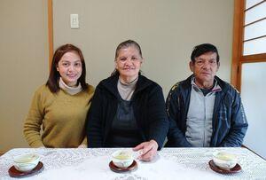 新型コロナウイルスの影響で、フィリピンへの帰国が遅れているセサ・モレチョさん(右)と妻のエドナさん(中央)。現在は佐賀県内で暮らす娘の國部シンディさん(左)の元に身を寄せている(シンディさん提供)
