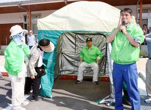 マンホール上には簡易式のトイレとまわりの目を隠すためのテントが立てられた=佐賀市若楠の若楠公民館