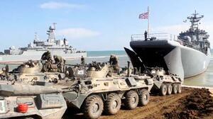 クリミアでの訓練を終え、輸送船に戻るロシア軍の戦闘車両=23日(ロシア国防省提供・AP=共同)