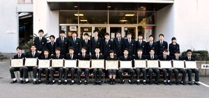 3級自動車整備士の資格を取得して卒業した敬徳高の3年生。前列がジュニアマイスター認定者=伊万里市の同校