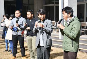 手作りの恵方巻きをほおばる西九州大短期大学部の留学生たち=佐賀市神園の同大