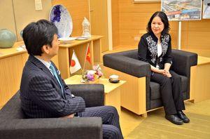 退任に当たり山口祥義知事(左)を訪問したグェン・フォン・ホン在福岡ベトナム総領事=佐賀県庁