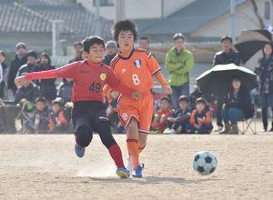 予選リーグ・FC BLAST-FCレヴォーナジュニア 前半、シュートを放つFC BLASTの原康一郎(右)=佐賀市の西神野運動広場