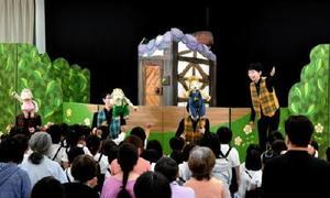 森のカーランコの人形劇が上演され、観劇した入寮者や小桜保育園の園児ら=神埼市の日の隈寮