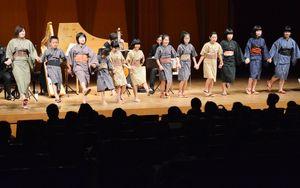 音楽劇「エソポのハブラス」に出演した子どもたち=有田町の焱の博記念堂