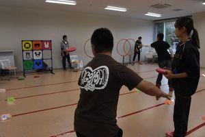 パネルを射抜く「ディスゲッタ―」を楽しむ参加者=西九州大学神埼キャンパス