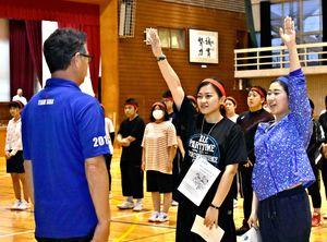 選手宣誓する石黒さん(右)と武富さん=佐賀市の佐賀商業高