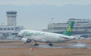 佐賀空港に着陸する「春秋航空」の第1便=平成24年1月18日、佐賀市川副町