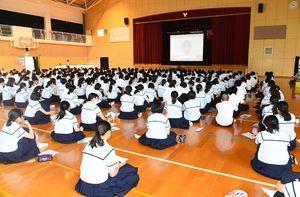 模擬選挙の映像を見る唐津東高の生徒たち=同校