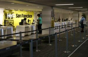 米サンフランシスコの空港にあるハーツのカウンター=4月30日(ゲッティ=共同)