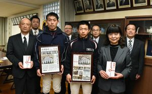 佐賀新聞販売店会が甲子園に出場する伊万里高を激励訪問した