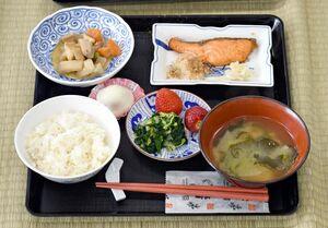 給食に並んだ唐草や松竹梅文様の和食器