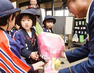 佐賀のニュース 園児が花束、お仕事に感謝