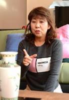 父の形見の花瓶にまつわる思い出を語る松尾留美子さん
