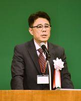 定期総会であいさつをする県PTA連合会の江田明弘会長=多久市中央公民館
