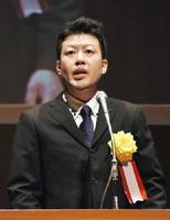 「おかげさま」と題し、亡き父や地域への感謝を語る佐賀県代表の栗山耕二さん=佐賀市文化会館