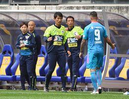 初陣を勝利で飾った鳥栖の金明輝監督(中央)=宮城県のユアテックスタジアム仙台