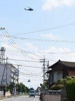 陸上自衛隊目達原駐屯地周辺の住宅街上空を離陸、飛行する自衛隊ヘリコプター=神埼郡吉野ヶ里町
