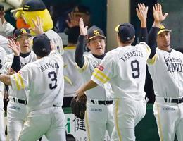 CSファイナルステージ進出を決め、松田宣(3)、柳田(9)を迎えるソフトバンク・工藤監督(中央)=ヤフオクドーム