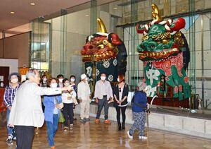 曳山展示場を見学するツアー参加者たち