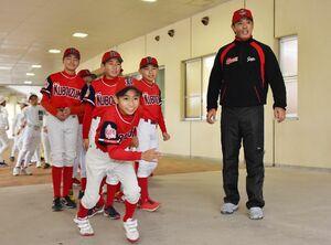野球日本代表の稲葉篤紀監督の前で走塁を見せる選手たち=佐賀市のみどりの森県営球場