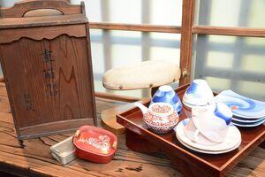 販売会に出品される昔の器や道具など=佐賀市の楠の森フィリエ