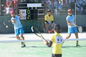 ソフトテニス女子個人3回戦 粘り強くボールを拾い、4回戦に進出した清和の為藤真夏(左)・原華菜子組=三重県鈴鹿市の三重交通Gスポーツの杜鈴鹿庭球場