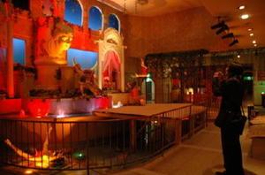 ライトアップされた〝ハーレム〟。2階建ての建物を吹き抜けにし、人形15体と噴水装置を配している=嬉野市塩田町大草野丙の嬉野観光秘宝館